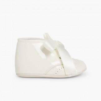 Scarpe neonato di vernice con fiocco raso Beige