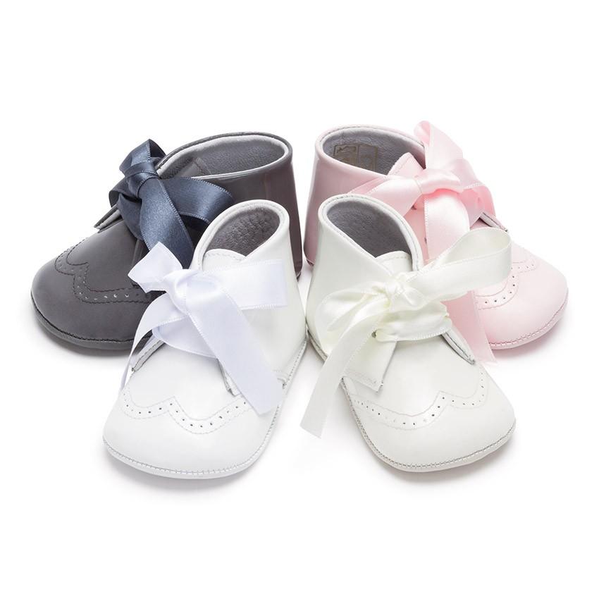 Scarpe neonato di vernice con fiocco raso